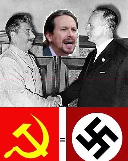 Iosef Stalin estrecha la mano de Joachim Von Ribbentrop