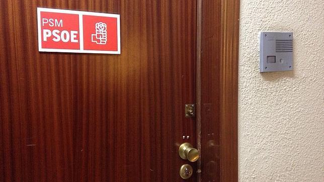 Puerta del despacho de Tomás Gómez asaltada por Rafa El Cerrajero