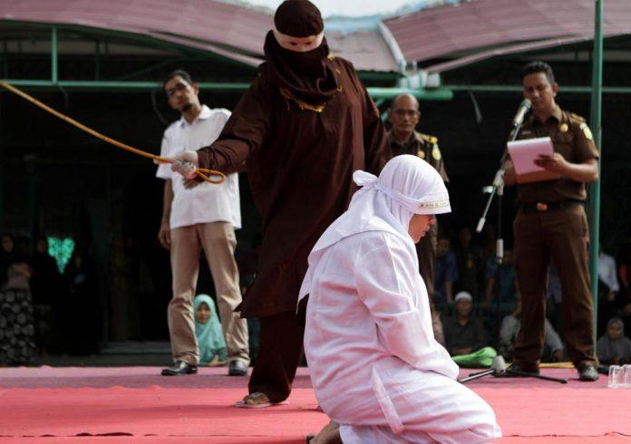 Mujeres azotadas en Indonesia en público y con la policía