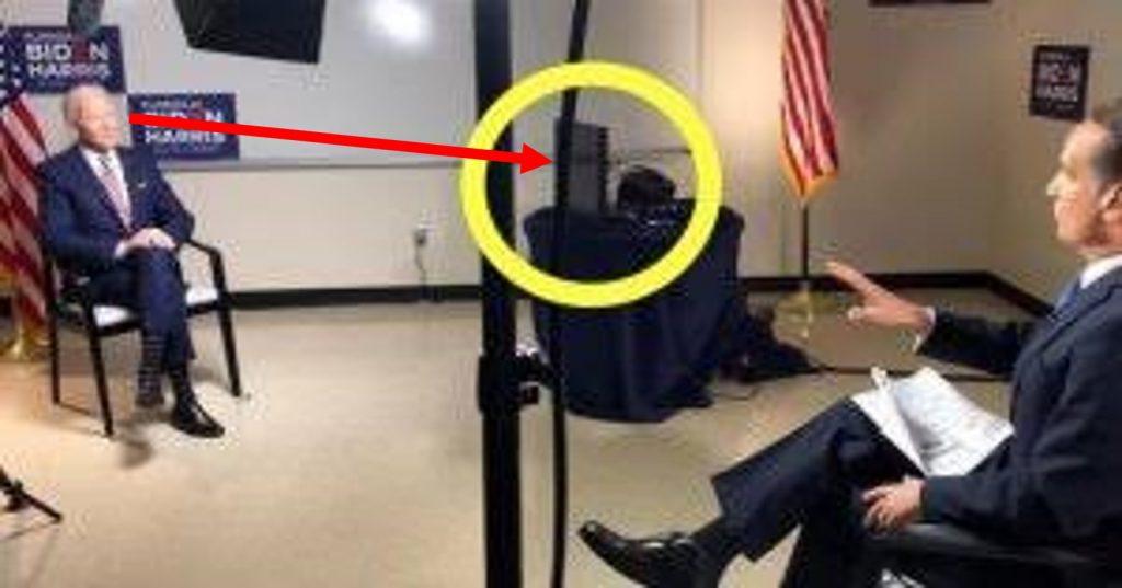 Joe Biden en los estudios de Telemundo asistido por el teleprompter