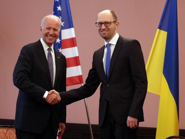 Joe Biden y Arseniy Yatsenyuk, primer ministro de Ucrania en Kiev el 22 de abril de 2014