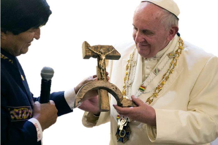 Su Satanidad Francisco I recibiendo un Cristo crucificado en la hoz y el martillo de la mano del pedófilo Evo Morales